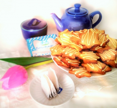 Masleni piškoti z ingverjem, limeto, kokosom in belo čokolado