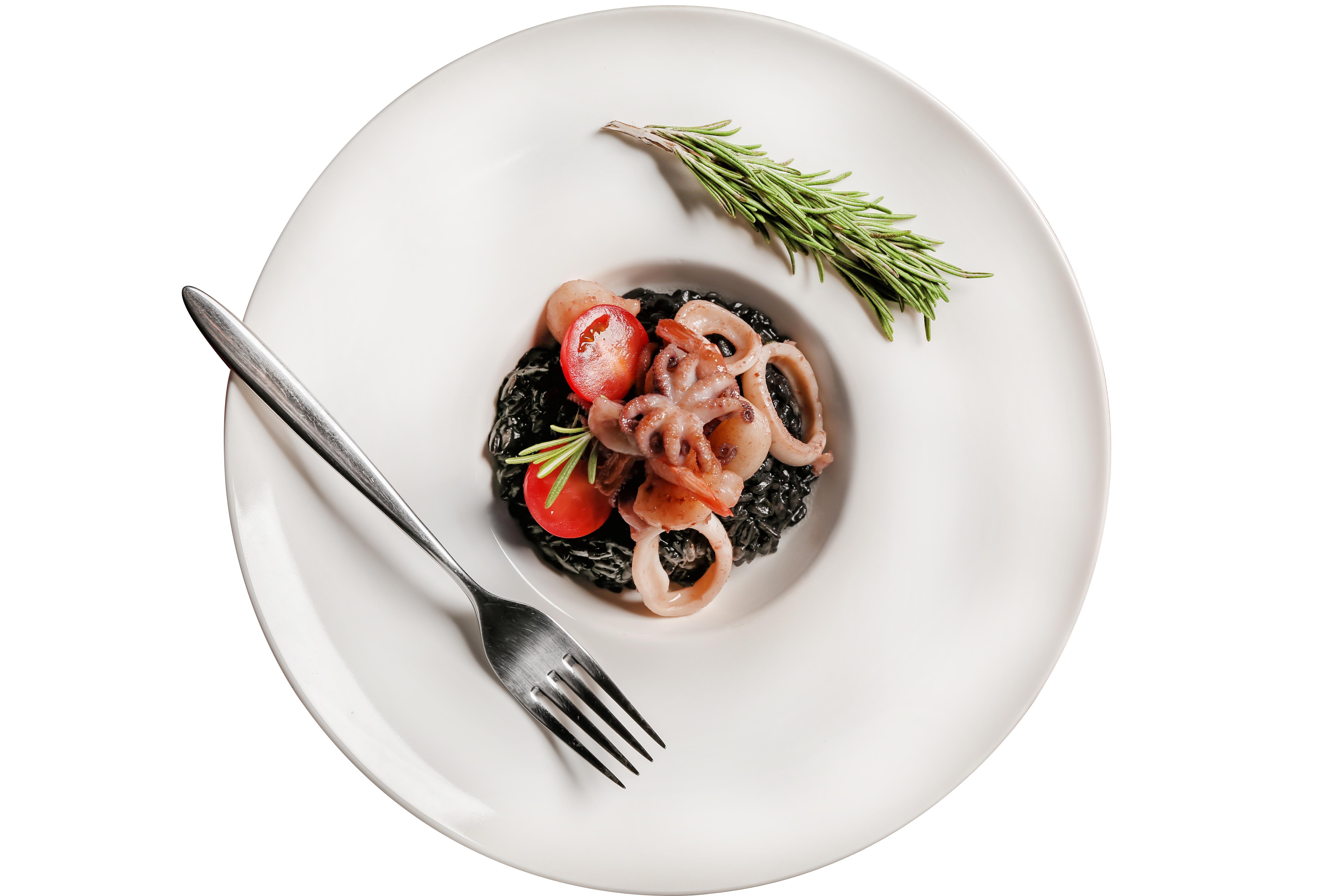 Solata z rižem Venere, sipo in češnjevim paradižnikom