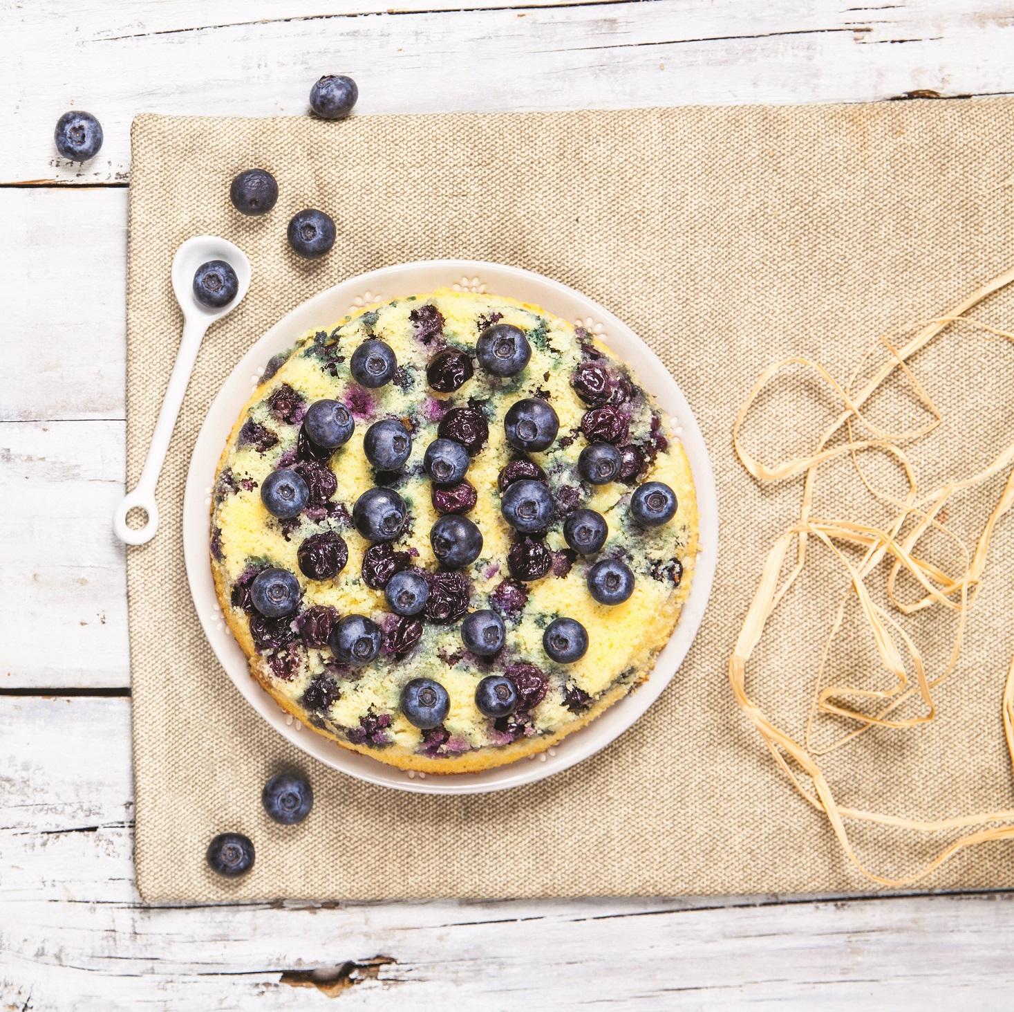 Brezglutenski obrnjen borovničev kolač