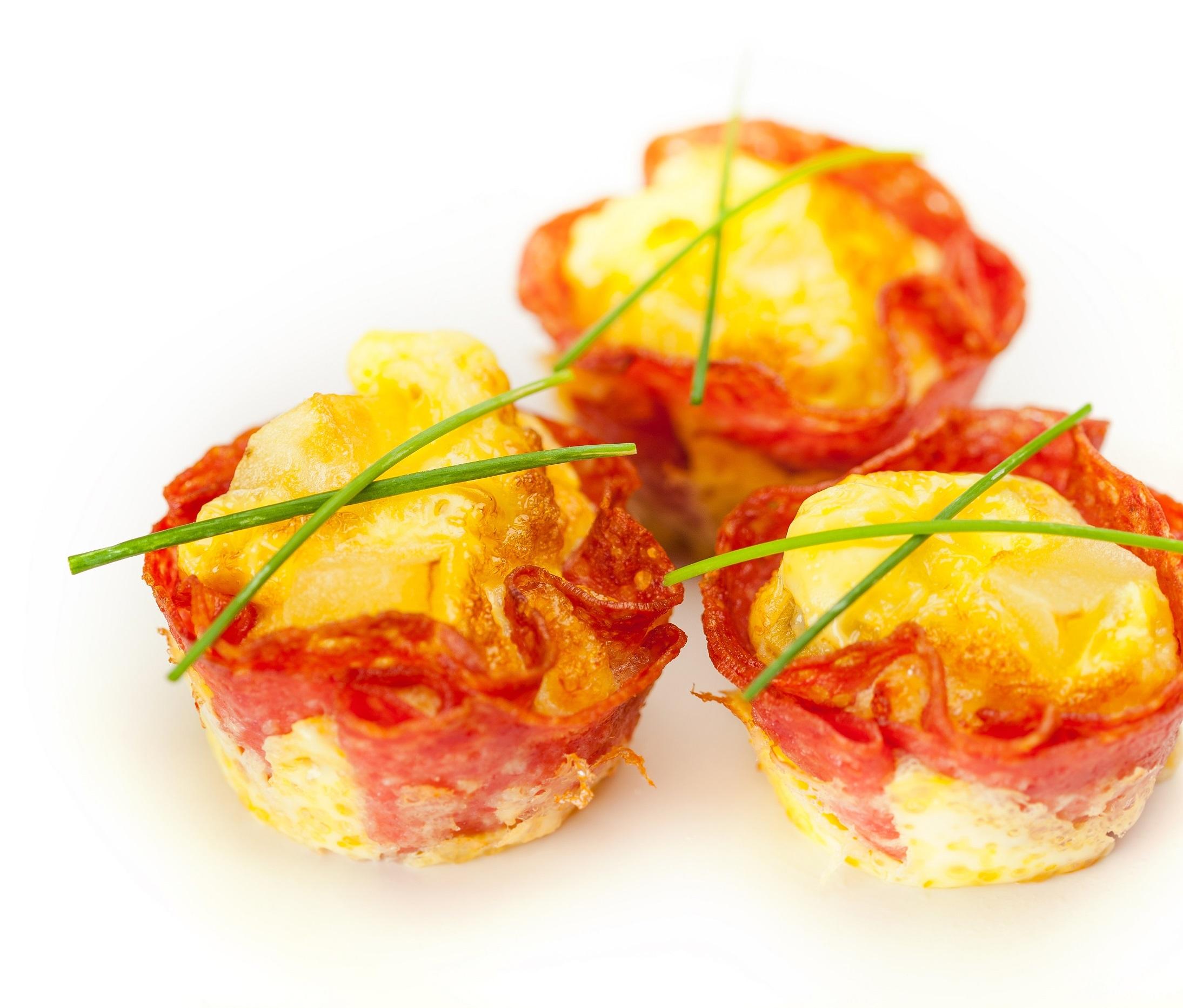 Mini omlete v košarici iz milanske salame